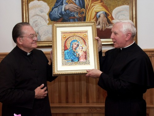 sacerdotes mostrando la imagen de soufanieh