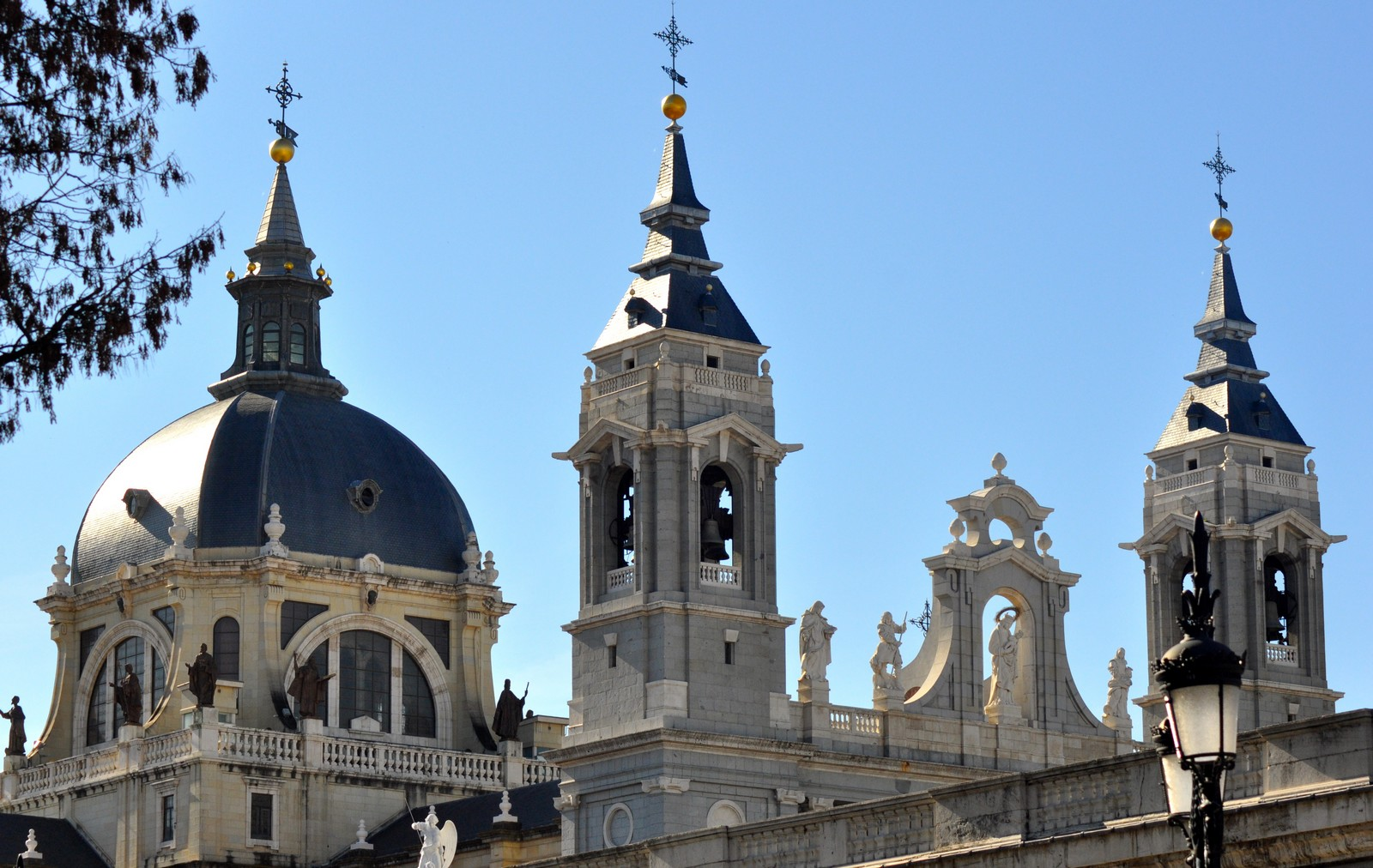 Pintada por San Lucas y tallada por Nicodemo: Santa María la Real de la Almudena, España (9 de noviembre)