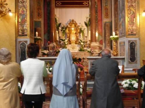 gente orando en misa