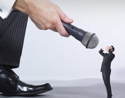 hombrecito hablando a microfono