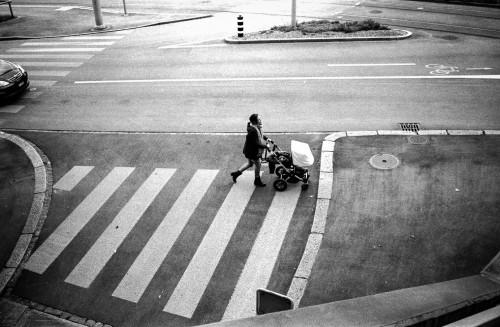 madre llevando carrito con niño por cebra