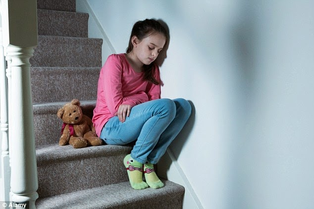 niña sentada en escalera y triste