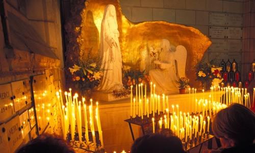 virgen de la oracion retablo y velas