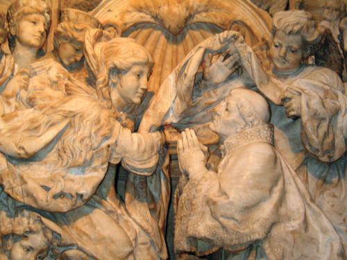 escultura de maria entregando la casulla a san ildefonso
