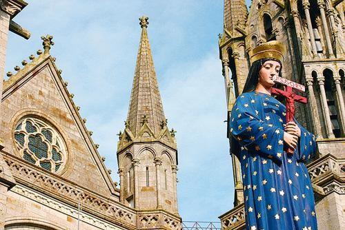 estatua de pontmain y atras basilica