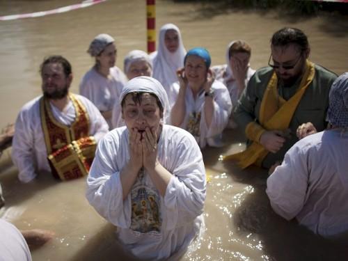 fieles se bautizan en el jordan
