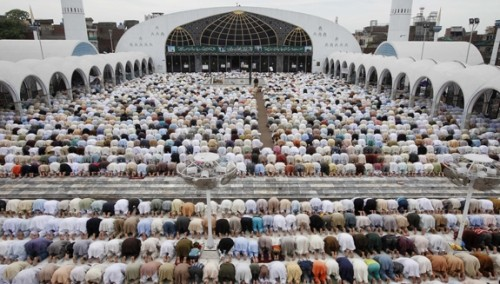 musulmanes orando frente a mezquita