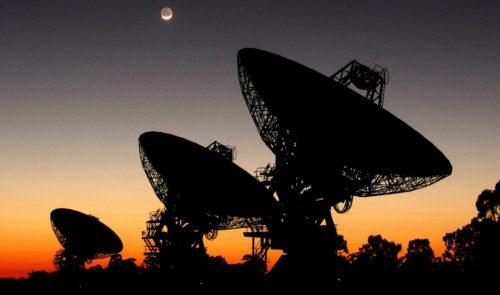 tres radiotelescopios en el atardecer