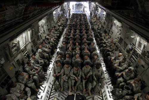 avion con soldados para la guerra