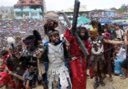jesus llevando la cruz con soldados romanos