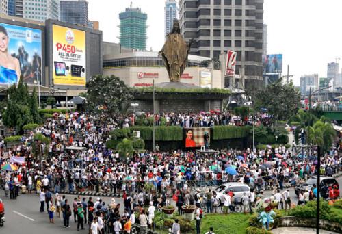 multitud frente a santuario de edsa