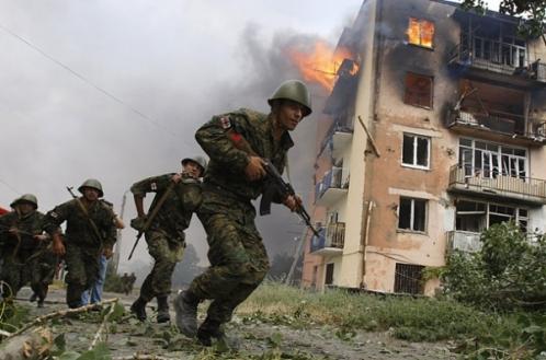 soldados y un edificio en llamas