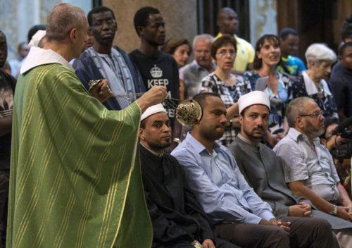 Musulmanes van a Misa Católica en Milan