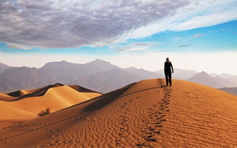 caminando en duna de arena