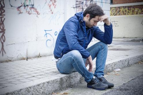 hombre joven pensando meditando