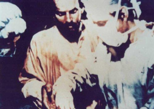 jesus al lado de un cirujano