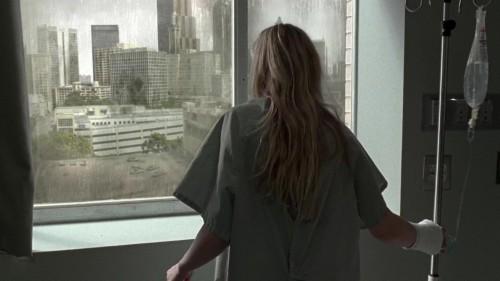 mirando para afuera de un hospital