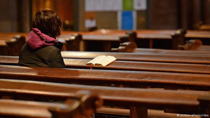 mujer sola en una iglesia