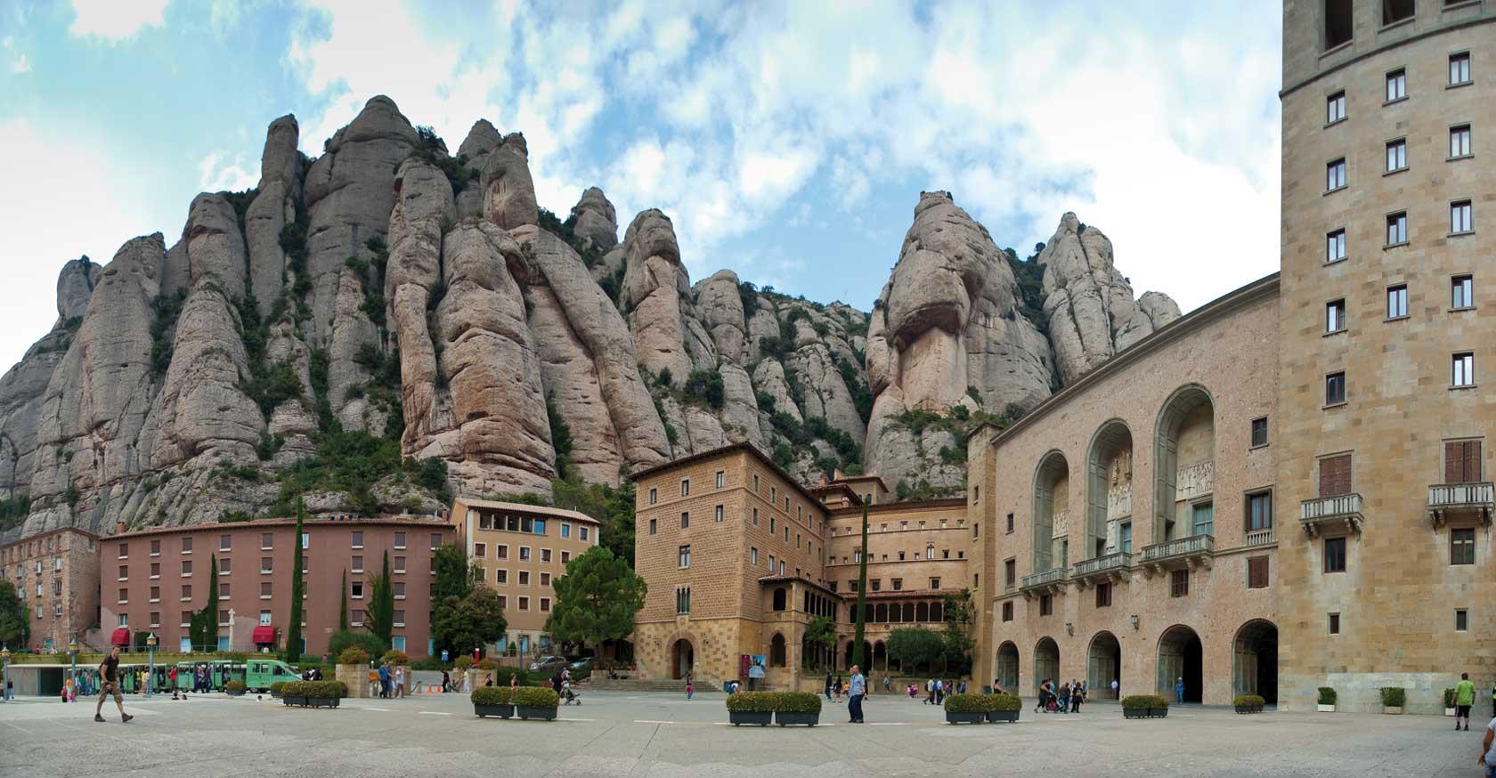 Nuestra Señora de Montserrat, la Virgen Negra catalana, España (27 abr)
