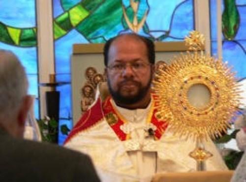 Padre José Maniyangat con santisimo