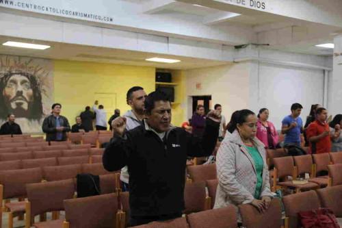 carismatico orando en lenguas