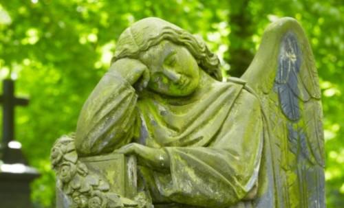 estatua de angel pensativo