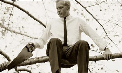 hombre que serrucha la rama donde esta sentado