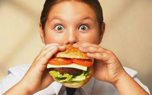 obesa comiendo hamburguesa