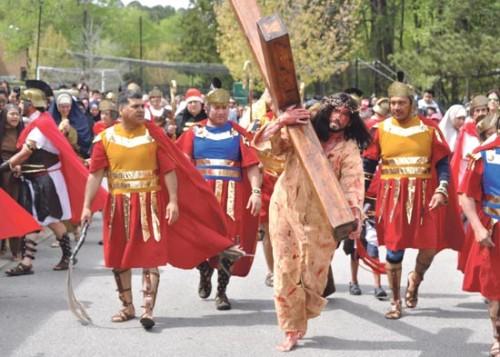 representacion de jesus llevando la cruz