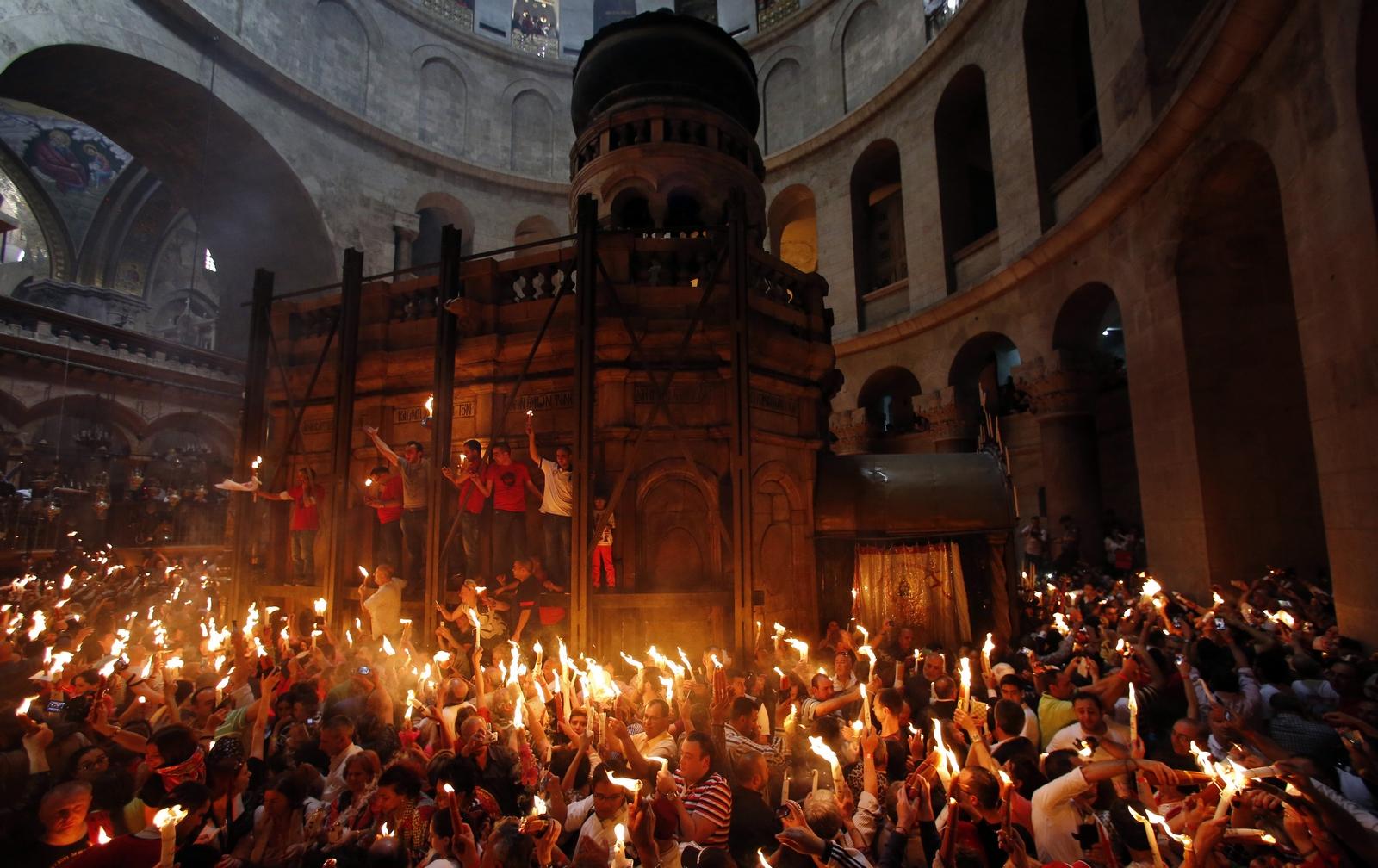 El Increíble Fuego Santo que se Enciende Espontáneamente en Pascua