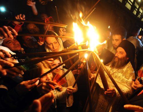varios encendiendo fuego santo