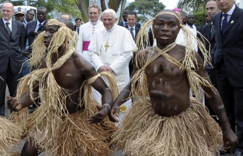 Benedicto XVI y africanos bailando