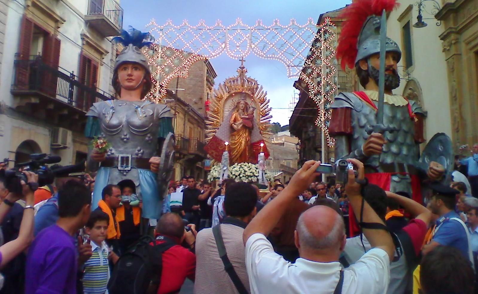 Nuestra Señora de la Luz, aparición de María en Países Distintos, Italia (15 may)