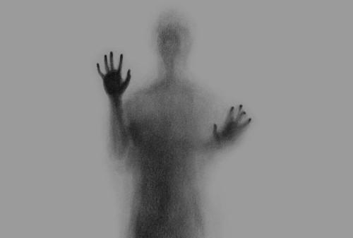 figura huma difuminada atras de un vidrio purgatorio fondo