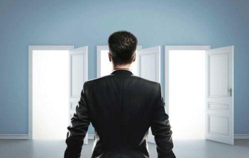 hombre duda ante entrar en puertas libre albedrio