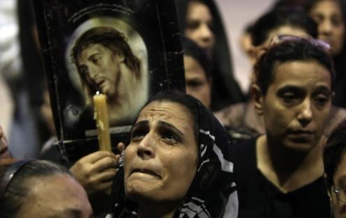 mujer musulmana con vela y jesus