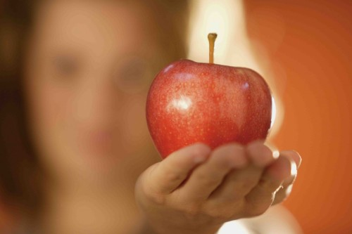 pecado mujer muestra manzana fondo