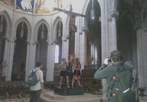 femen encadenadas crucifijo catedral