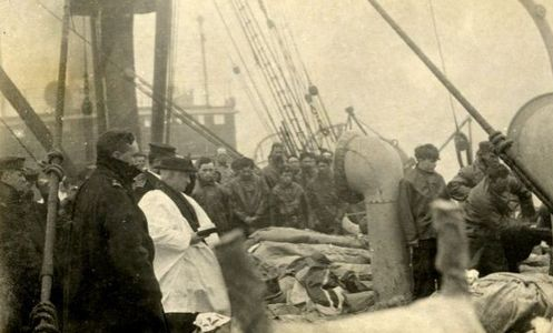 foto de la cubierta del titanic con sacerdote orando