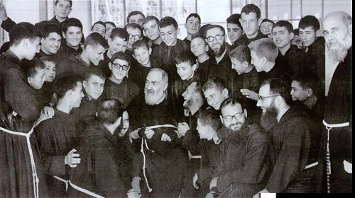 padre pio rodeado de franciscanos