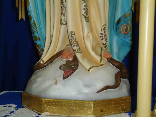 pies de la virgen aplastando a la serpiente
