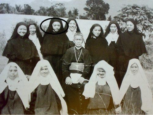Teresita Castillo con las momjas del carmelo y el Obispo Alfredo Obviar