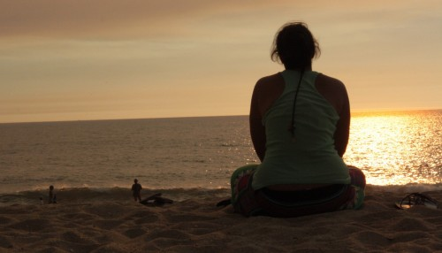mujer paz playa atardecer
