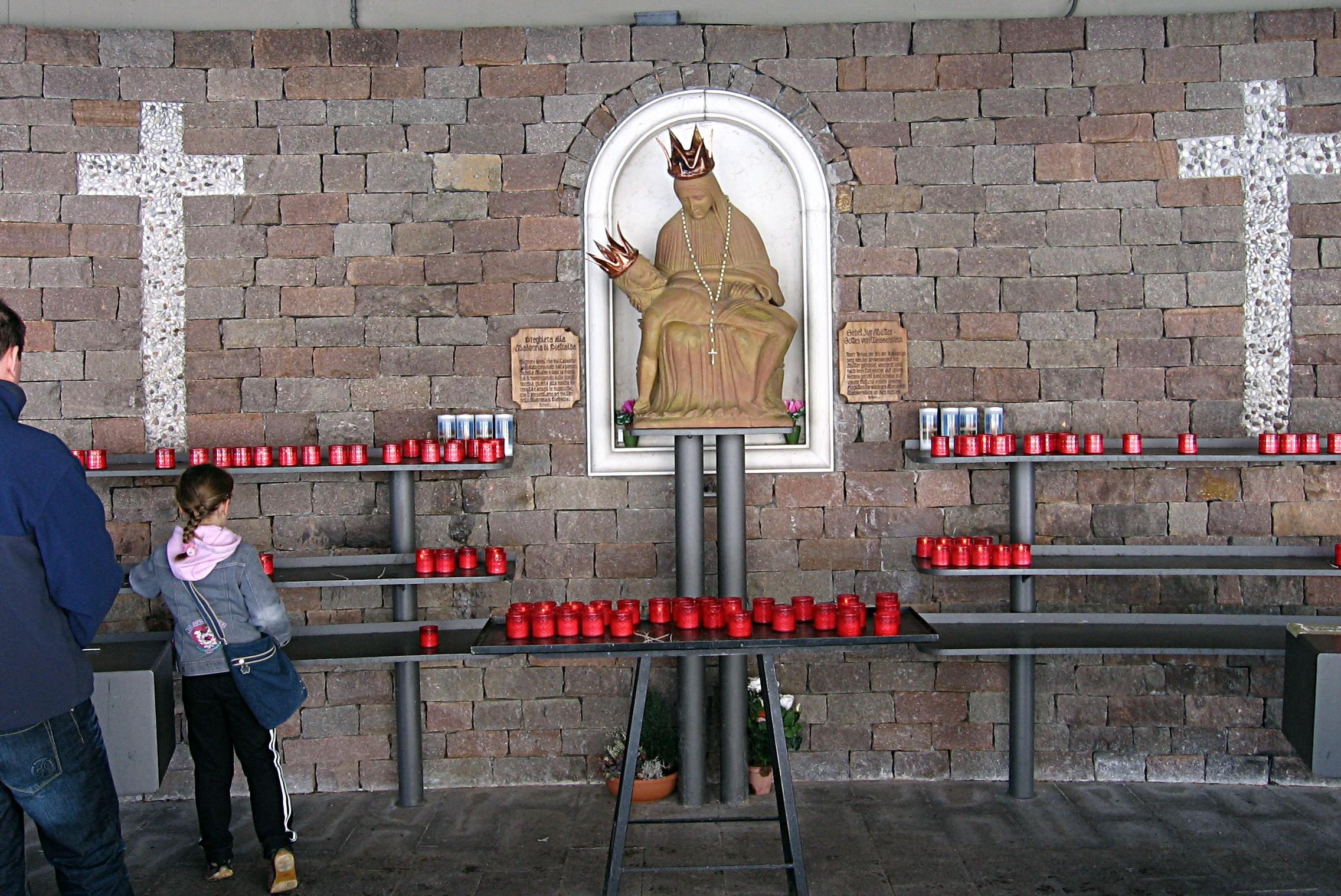 Santa María de Pietralba, una Estatua Milagrosa, Italia (26 jul, 15 ago, 3º dgo sep)