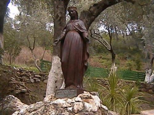 estatua de la virgen maria fuera de la casa de efeso