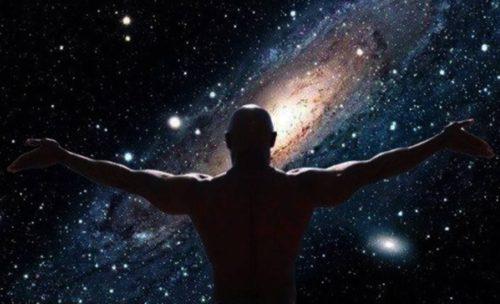 hombre mira las galaxias