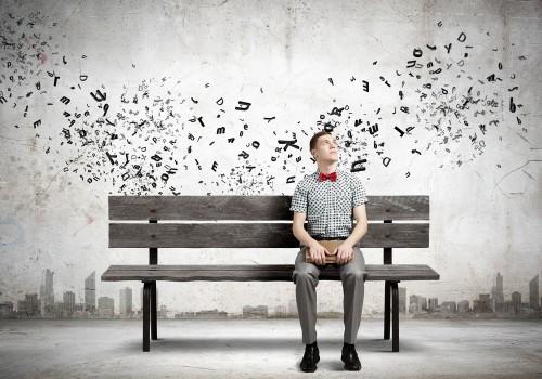 hombre sentado en un banco