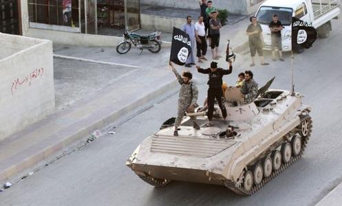 militantes del isil en tanque de guerra