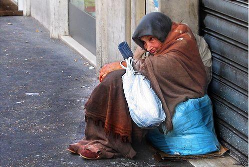 mujer anciana pobre calle
