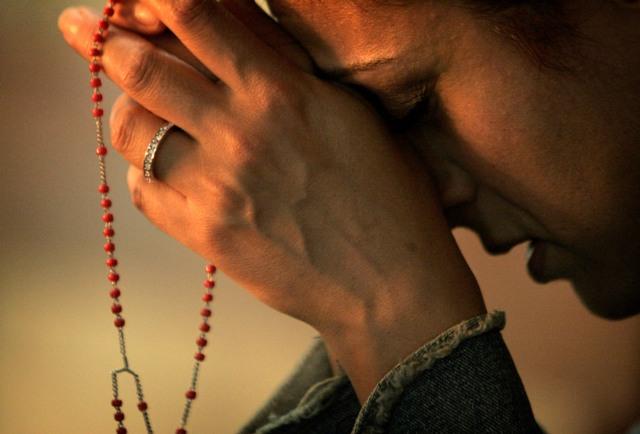 MOTORES EN ACCIÓN: COMIENZA GRAN HERMANO VIP 2016 - Página 5 Mujer-orando-rosario